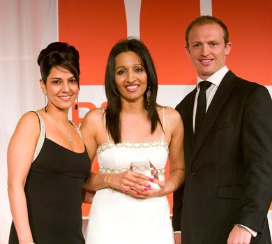 Kavita Oberoi presenting the 2007 PharmaFields Awards along side Rugby Union captain and scrum half Matt Dawson